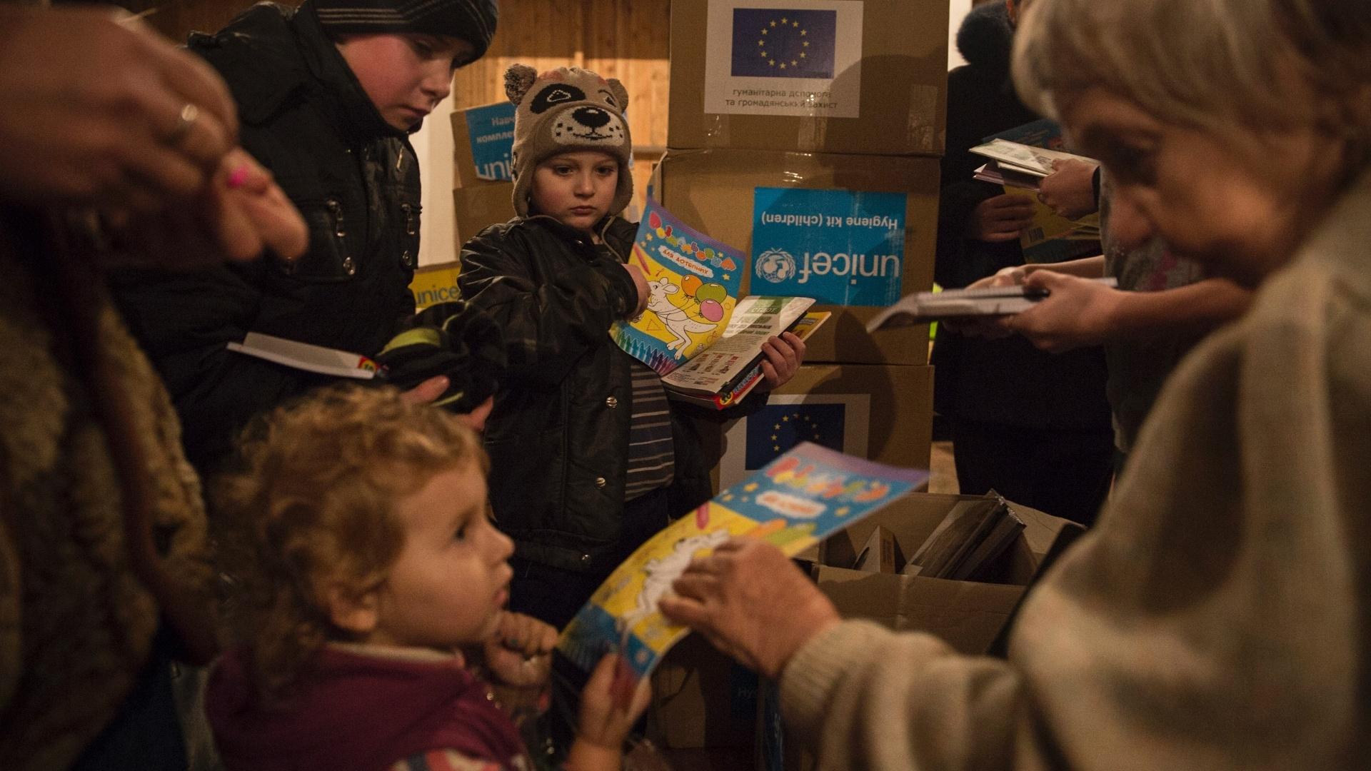 29.jan.2015 - Crianças em abrigos antiaéreos em Donetsk, no leste da Ucrânia, recebem kits de higiene e livros enviados pelo Comitê Europeu de Ajuda Humanitária e Proteção Civil (Echo, na sigla em inglês) e pela Unicef. Mais de 1,7 milhões de crianças afetadas pela crescente crise no leste do país sofrem risco de contrair várias doenças devido à falta de higiene