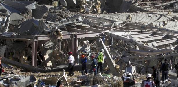 Equipes de resgate trabalham em meio a destroços de maternidade destruída por uma explosão de gás, na Cidade do México