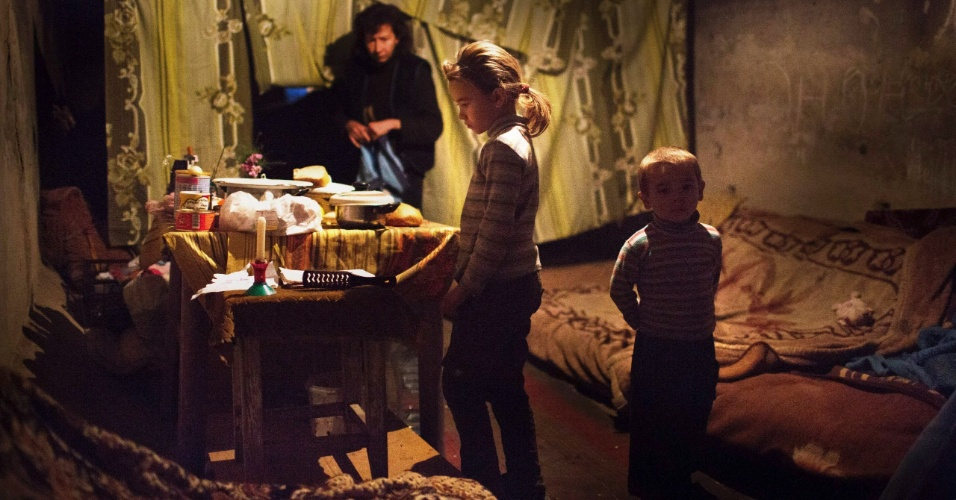 29.jan.2015 - Mais de 1,7 milhões de crianças afetadas pela crescente crise no leste da Ucrânia sofrem risco de contrair várias doenças devido à falta de higiene. Famílias em abrigos antiaéreos em Donetsk, no leste da Ucrânia, receberam esta semana kits de higiene enviados pelo Comitê Europeu de Ajuda Humanitária e Proteção Civil (Echo, na sigla em inglês) e pela Unicef