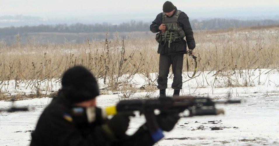 29.jan.2015 - Soldados ucranianos mantêm guarda perto de um posto de controle em Lysychansk, na região de Lugansk, no oeste do país. O presidente Petro Poroshenko apelou à Rússia pelo fim dos conflitos, enquanto os EUA ameaçaram medidas mais duras contra Moscou