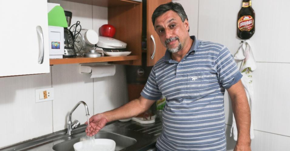30.jan.2015 - A Justiça proibiu a Sabesp de interromper o fornecimento de água na casa do advogado Marco Antônio Silva, 50, na Vila Medeiros (zona norte de SP). Se descumprir a decisão, a companhia terá de pagar multa de R$ 200 por dia