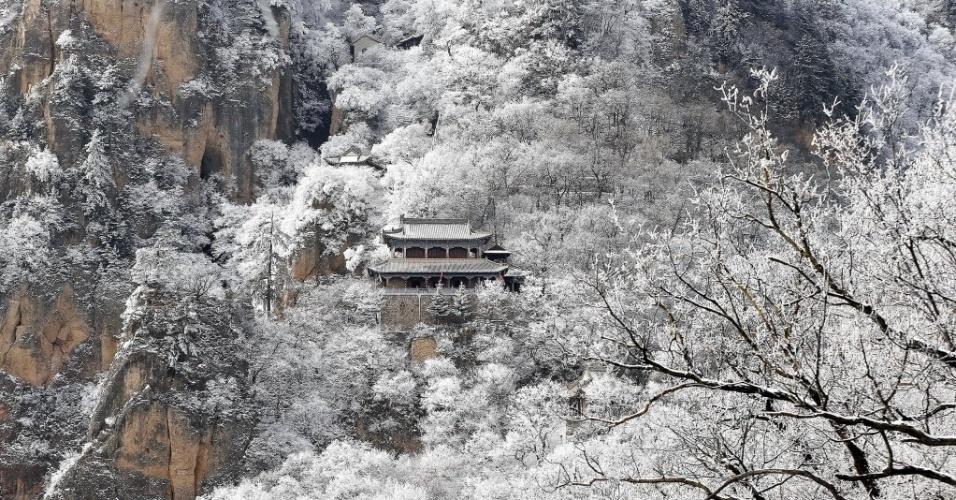30.jan.2015 - A montanha Kongtong aparece coberta por neve nesta imagem tirada nessa quinta-feira (29) e divulgada hoje (30), na cidade de Pingliang, no noroeste da província chinesa de Gansu. A neve atingiu várias regiões da China