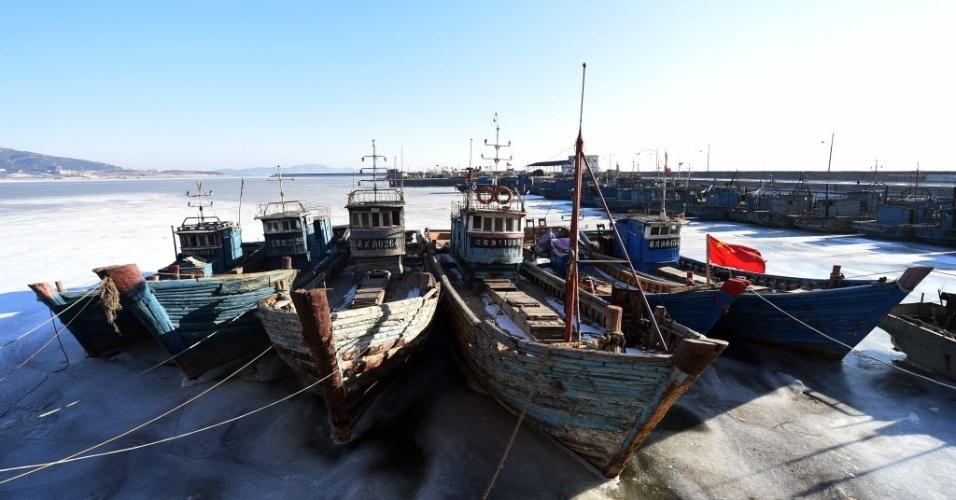 30.jan.2015 - Barcos pequenos permanecem cobertos pelo gelo no cais da baía de Liaodong, na província de Liaoning, na China