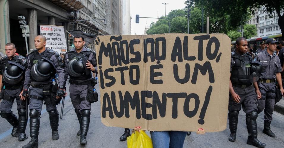 30.jan.2015 - Manifestante carrega cartaz no qual se lê