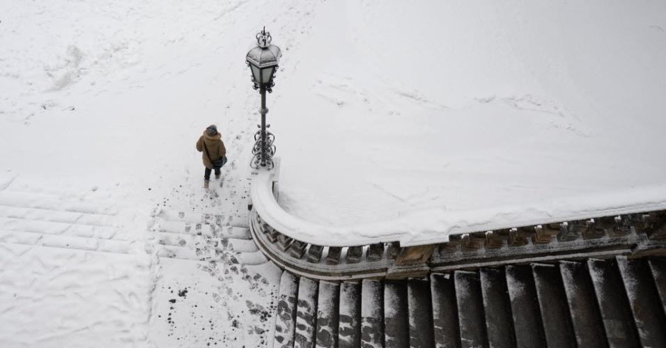 30.jan.2015 - Mulher enfrenta a neve durante caminhada em Munique, na Alemanha, nesta sexta-feira (30)
