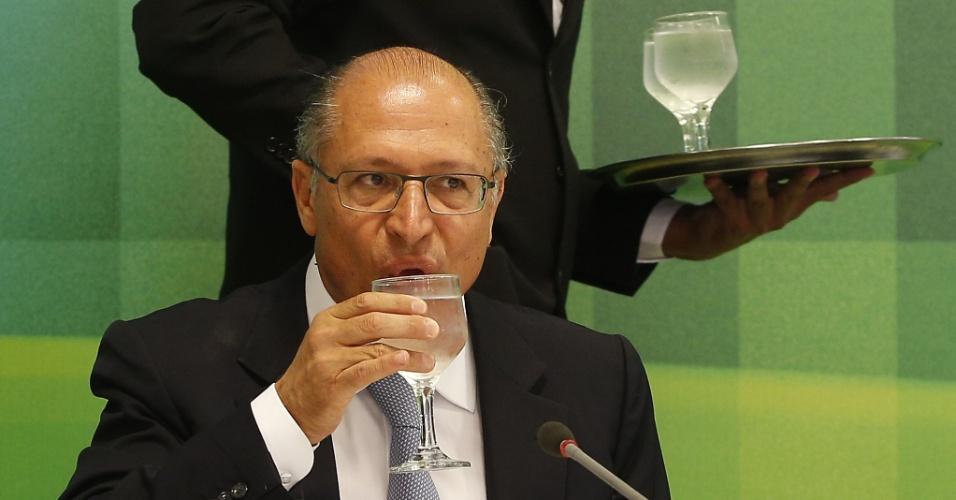 30.jan.2015 - O governador de São Paulo, Geraldo Alckmin, bebe água durante entrevista no Palácio do Planalto, em Brasília, nesta sexta-feira (30). Alckmin disse que não há ainda nenhuma decisão em relação à implantação de um rodízio no uso da água no Estado. Ele discutiu a crise no abastecimento de água na região com a presidente Dilma Rousseff. Essa foi a terceira audiência entre os dois nos últimos três meses