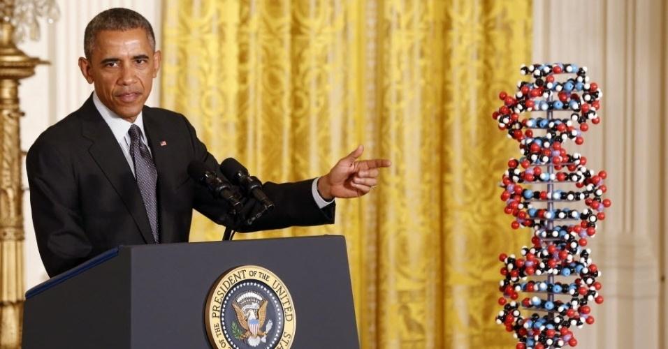 30.jan.2015 - O presidente dos EUA, Barack Obama, dicursa na Casa Branca, ao lado de um modelo de DNA, sobre melhorias na saúde e investimentos para tratar doenças