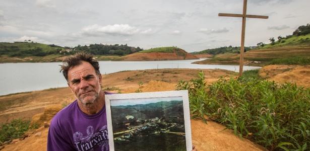 Carlos de Almeida, 50, morador de Igaratá (SP), exibe uma foto da antiga cidade, inundada desde março de 1969