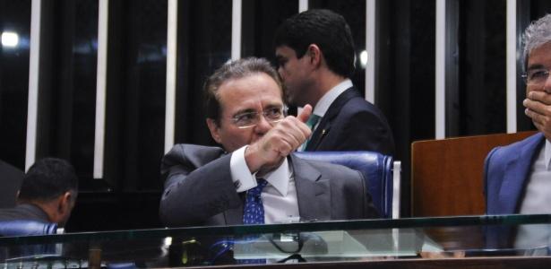 O presidente do Senado, Renan Calheiros (PMDB-AL), faz sinal de positivo durante a solenidade de posse dos 27 novos senadores