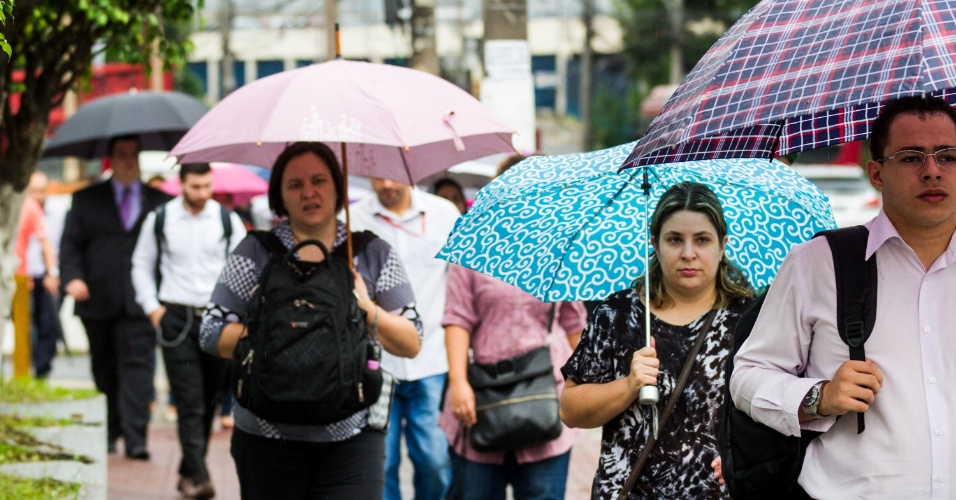 2.fev.2015 - Paulistanos recorrem a guarda-chuvas após o dia amanhecer nublado e chuvoso nesta segunda-feira (2), na zona sul da cidade de São Paulo. Segundo meteorologistas, a capital paulista vai ter tempo instável, com chuva a qualquer momento e com maior intensidade à tarde