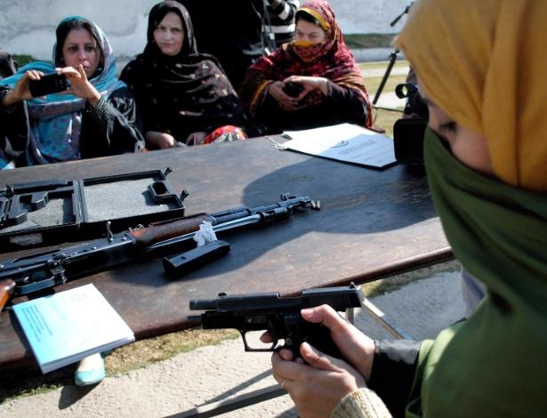2.fev.2015 - Professoras se armam contra ataques no Paquistão. Quando militantes do Taleban invadiram uma escola em Peshawar, em 16 de dezembro de 2014, e massacraram 140 estudantes e professores, ninguém foi capaz de lutar contra o atentado. Por isso, alguns professores querem mudar isso. Autoridades governamentais do noroeste do país deram permissão aos professores para que carreguem armas de fogo escondidas em resposta ao ataque