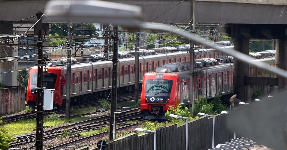 2.fev.2015 - Trens da linha 9-Esmeralda da CPTM são paralisados na estação de Osasco, em São Paulo, após a queda de um raio, nesta segunda-feira (2). Os vagões circulam apenas entre as estações de Grajaú e Presidente Altino