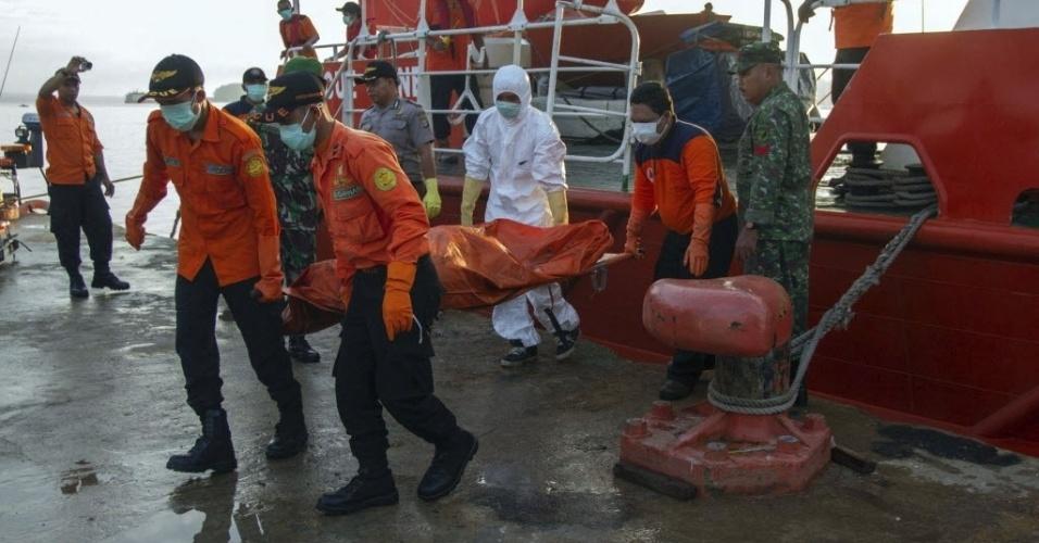 3.fev.2015 - Membros da equipe de resgate carregam corpo de um passageiro do voo QZ8501 da AirAsia na base aérea de Iskandar, em Pangkalan Bun, na Indonésia, nesta terça-feira (3). O avião da companhia caiu em dezembro e matou 162 passageiros