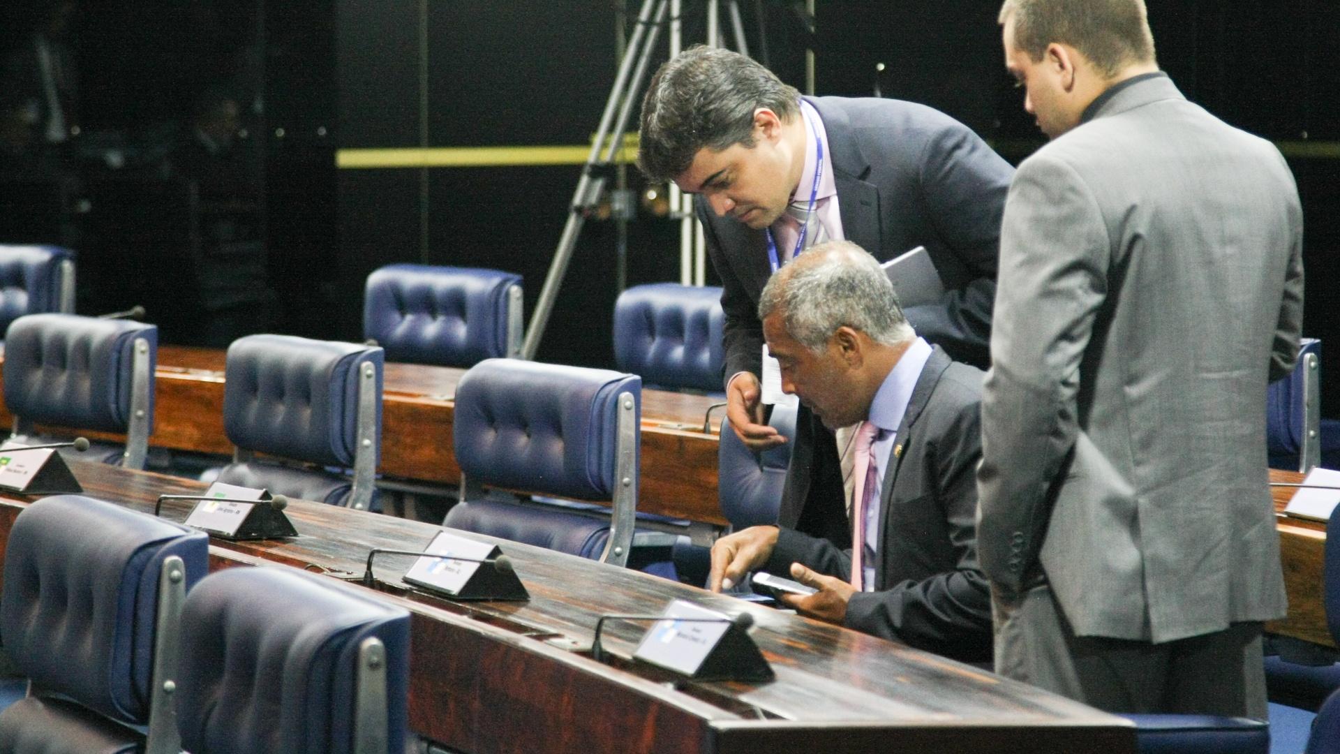 3.fev.2015 - O senador Romário (PSB-RJ), junto com assessores, conhece o sistema de votação do plenário, em Brasília, nesta terça-feira (3)