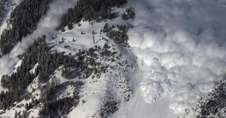 3.fev.2015 - Uma avalanche é desencadeada propositalmente em uma montanha no Vallee de la Sionne, em Anzere, na Suíça, nesta terça-feira (3). O teste de dinâmica de avalanche em grande escala está ajudando cientistas e engenheiros do Instituto Suíço de Neve e Avalanches a compreender o fenômeno