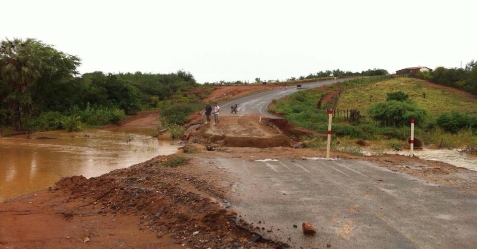 4.fev.2015 - Chuvas causam estragos na estrada de Betânia, no município de Paulistana, no Piauí, nesta quarta-feira (4)