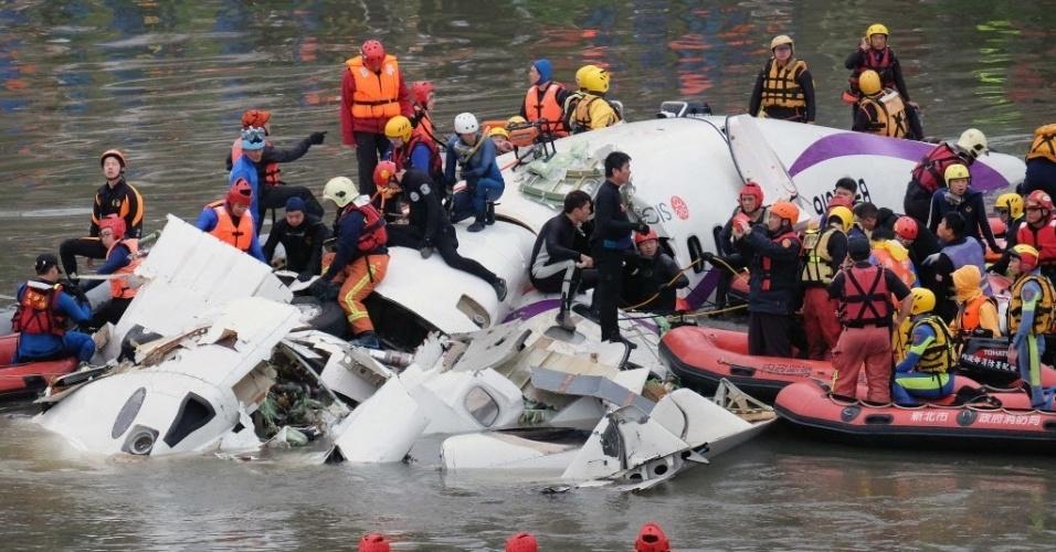 4.fev.2015 - Equipes de resgate procuram passageiros nos destroços de um avião que bateu em uma ponte e caiu em um rio em Taipé, em Taiwan