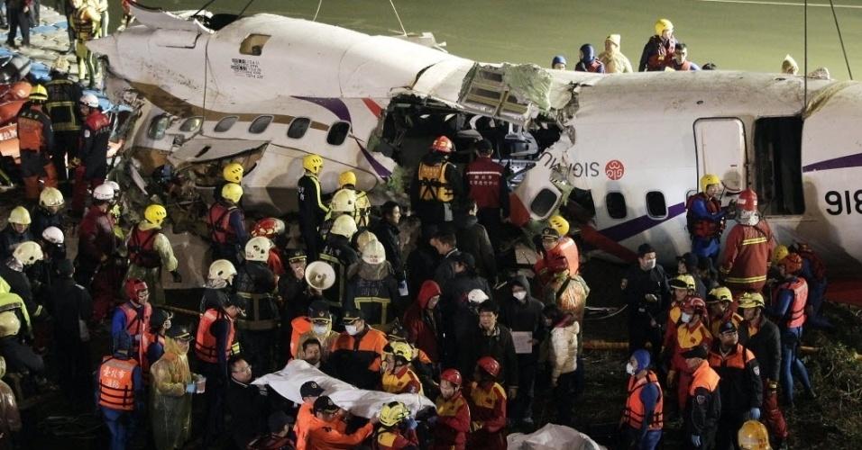 4.fev.2015 -  Equipes de resgate removem avião que caiu em um rio em Taipé, Taiwan. O avião da companhia TransAsia, que transportava 58 pessoas, bateu em uma ponte e caiu em um rio na capital do país