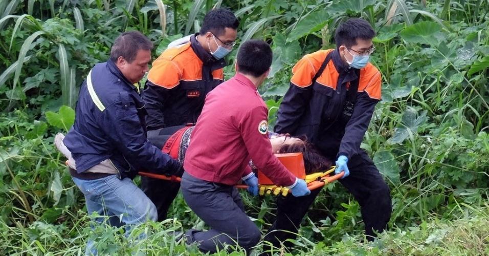 4.fev.2015 - Equipes de resgate retiram passageiro de um rio após um acidente de avião em Taipé, Taiwan. O avião, que transportava 58 pessoas, bateu em uma ponte e caiu no rio deixando mortos e feridos