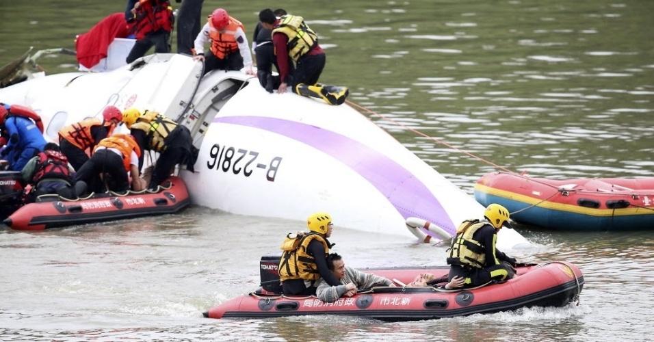 4.fev.2015 - Equipes de resgate trabalham para retirar as vítimas de um acidente de avião da companhia TransAsia. O voo, que transportava 58 pessoas, bateu em uma ponte e caiu em um rio na capital de Taiwan, Taipé. Pelo menos 16 pessoas morreram