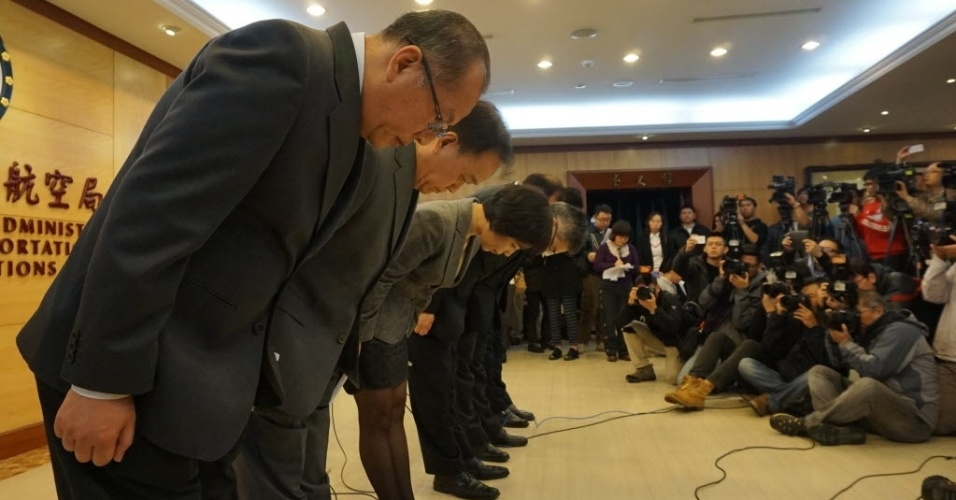 4.fev.2015 - Funcionários da companhia aérea taiwanesa TransAsia Airways lamentam o acidente com o avião durante uma entrevista com jornalistas em Taipei, no sudeste da China. A aeronave caiu no rio Keelung 10 minutos após a decolagem, deixando diversos mortos e feridos