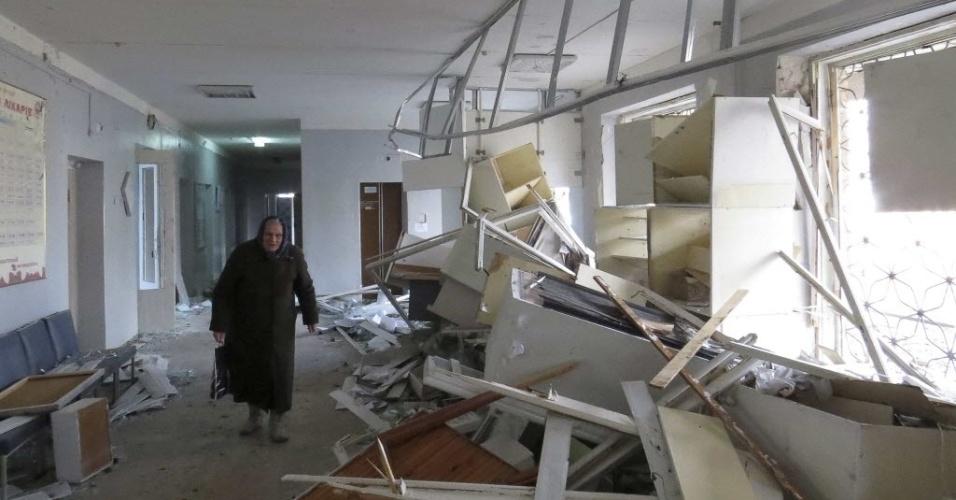 4.fev.2015 - Idosa caminha dentro de um hospital atingido por uma bomba em Donetsk, na Ucrânia, nesta quarta-feira (4). Pelo menos dois projéteis caíram perto de um hospital de Donetsk, cidade do leste da Ucrânia dominada por separatistas, matando pelo menos três pessoas