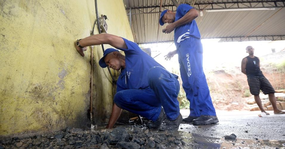 """4.fev.2015 - Policiais civis e funcionários da Cedae (Companhia Estadual de Águas e Esgotos) fecham lava a jato clandestino que utilizava água furtada através de ligação na rua Alvares de Azevedo, no Cachambi, zona norte do Rio de Janeiro, na manhã desta quarta-feira (4). A operação """"Água Legal"""" visa combater ligações clandestinas, responsáveis por 20% de 30,8% de perdas na rede de distribuição de água da empresa"""