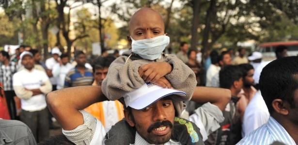 4.fev.2015 - Vaddi Akhila, em tratamento no Hospital do Câncer e Centro de Pesquisa Indo-americano Basavatarakam, participa de caminhada pela conscientização sobre a doença em Hyderabad, na Índia. O Dia Mundial de Combate ao Câncer é celebrado nesta quarta-feira (4)