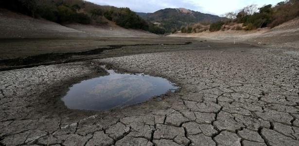 28.jan.2014 - Poça de água se destaca em meio ao solo seco e rachado no fundo da represa Alamden em San Jose, na California, EUA