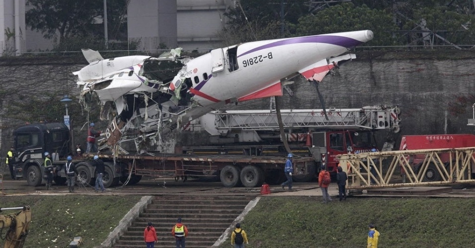 5.fev.2014 - Equipe de resgate retira fuselagem de avião da TransAsia Airways que fazia o voo GE235 e caiu nesta quarta-feira em um rio de Taipé (Taiwan), matando 31 pessoas. O número de vítimas fatais ainda pode subir, já que 12 pessoas ainda estão desaparecidas. O avião, transportando 58 pessoas, entre passageiros e tripulantes, caiu pouco depois de decolar, acertando ainda um carro ao bater em uma ponte
