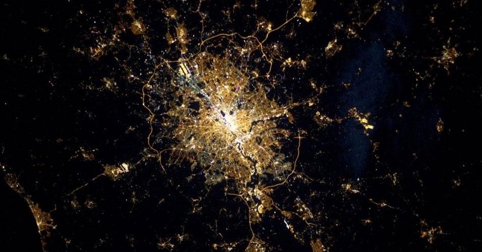 """5.fev.2015 - A astronauta Samantha Cristoforetti postou em seu perfil no Twitter (@AstroSamantha) uma fotografia de Londres diretamente do espaço, da Estação Espacial Internacional (ISS, na sigla em inglês). """"Já postei outras imagens de Londres, mas a vista à noite é incrível"""", afirmou em um post na rede social"""