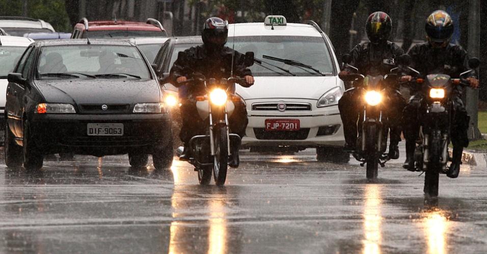 5.fev.2015 - A forte chuva que atinge a capital paulista na manhã desta quinta-feira (5) causa trânsito acima de média para o horário na cidade e registra pontos de alagamentos. O aeroporto de Congonhas (zona sul) chegou a fechar por 14 minutos para pousos e decolagens