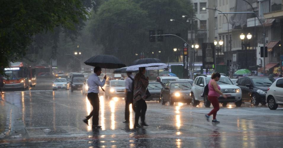 5.fev.2015 - A quinta-feira (5) começou com o tempo fechado e chuvoso em São Paulo. De acordo com a Somar Meteorologia, a previsão é de chuva, com intensidade entre moderada a forte. A temperatura deve chegar aos 25ºC