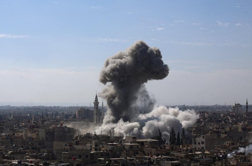 5.fev.2015 - Fumaça cobre o céu de Damasco, na Síria, após um ataque aéreo das forças ligadas ao governo do ditador Bashar Assad. Os rebeldes sírios dispararam dezenas de morteiros na capital do país nesta quinta-feira (5), matando pelo menos cinco pessoas. O Exército respondeu com ataques aéreos que deixaram pelo menos oito mortos