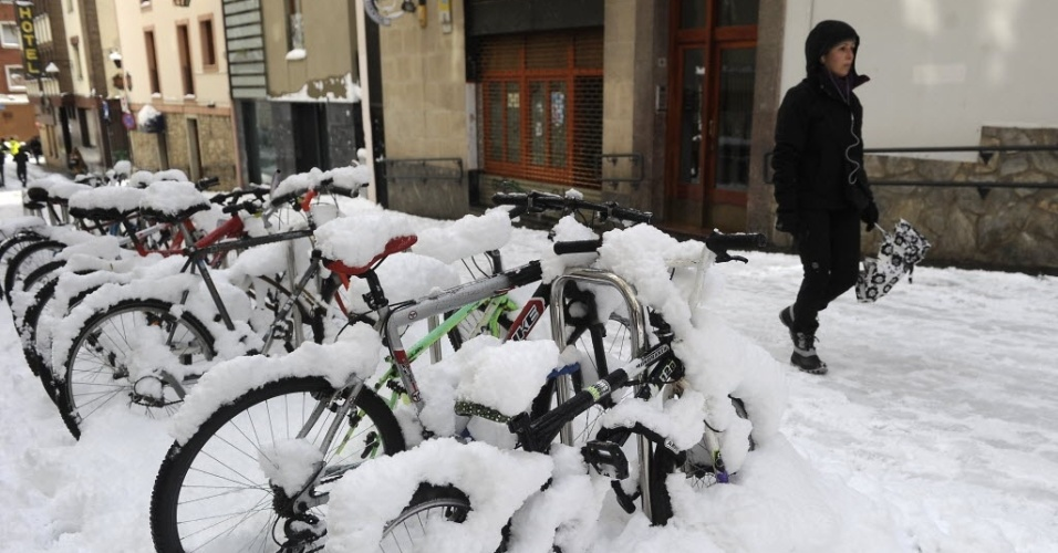 5.fev.2015 - Nevasca cobre bicicletário na cidade de Vitoria-Gasteiz, na Espanha, nesta quinta-feira (5)