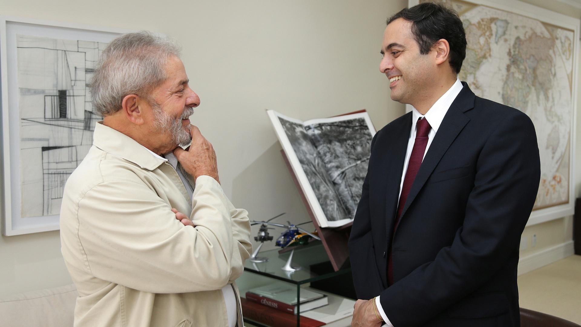 5.fev.2015 - O ex-presidente Luiz Inácio Lula da Silva recebe o governador de Pernambuco, Paulo Câmara (PSB-PE), durante encontro na sede do Instituto Lula, em São Paulo, nesta quinta-feira (5)