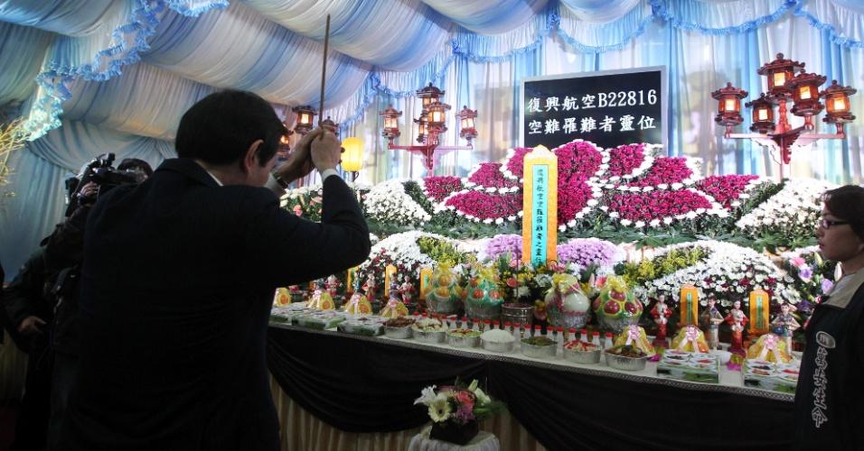 5.fev.2015 - O presidente da China, Ma Ying-jeou, reza em frente a um altar em homenagem às vítimas do acidente aéreo em Taipei, em Taiwan