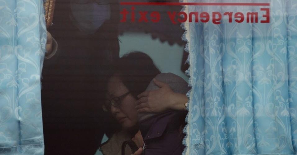 5.fev.2015 - Parentes de passageiros do avião da TransAsia que bateu em uma ponte e caiu em um rio em Taiwan, na quarta-feira (4), chegam ao local do acidente. O avião percorreria o trajeto entre Taipé e a pequena ilha de Kinmen, situada perto do continente chinês, mas controlada por Taiwan