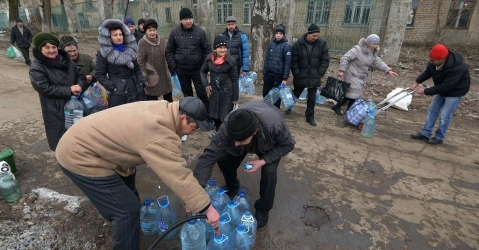 5.fev.2015- Moradores de Donetsk usam galões para buscar água em poço. Pelo menos 15 pessoas morreram e outras 33 ficaram feridas em novos combates no leste da Ucrânia nesta quinta-feira (5)
