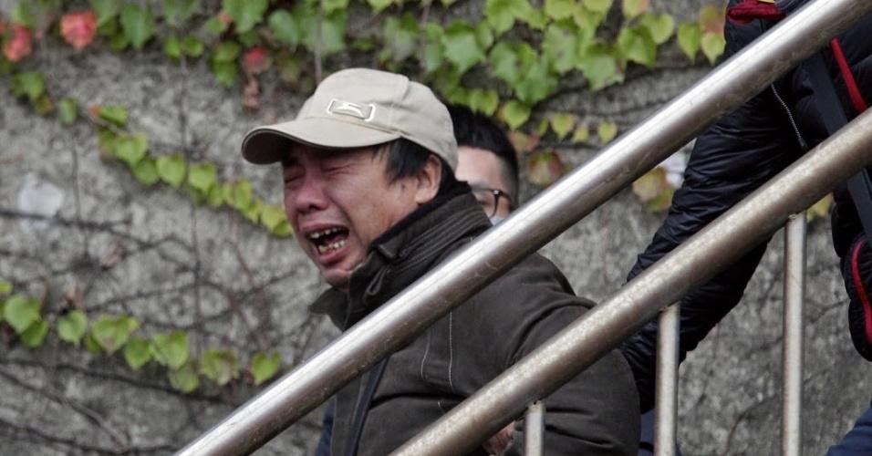 5.fev.2015 - Parente de passageiro do avião da TransAsia, que bateu em uma ponte e caiu em um rio em Taiwan, na quarta-feira (4), chora ao chegar ao local do acidente. O avião percorreria o trajeto entre Taipé e a pequena ilha de Kinmen, situada perto do continente chinês, mas controlada por Taiwan