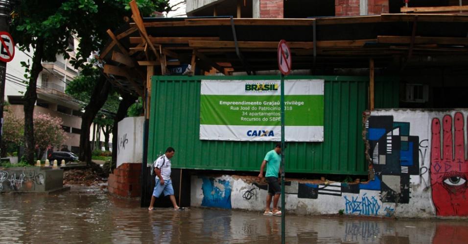 6.fev.2015 - Chuva forte provoca alagamentos no bairro do Grajaú, no Rio de Janeiro. A cidade entrou em estado de atenção no final da tarde