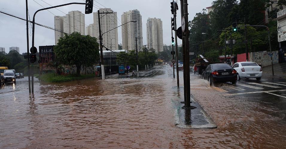 6.fev.2015 - Chuva provoca alagamento na avenida Interlagos na zona sul de São Paulo, nesta sexta-feira (6).As chuvas que caíram na capital paulista ganharam força na tarde desta sexta-feira (6) e fizeram com que o CGE (Centro de Gerenciamento de Emergência), da prefeitura, colocasse quase toda a cidade em estado de atenção