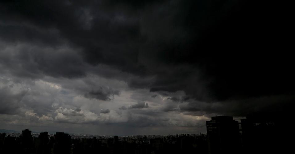 6.fev.2015 - Nuvens escuras encobrem o céu no bairro da Bela Vista, na região central de São Paulo, na tarde desta sexta-feira (6). Segundo a previsão meteorológica, não há região preferencial para chuva forte que começará por volta das 17h. Antes da chuva, a temperatura chega aos 27ºC na capital