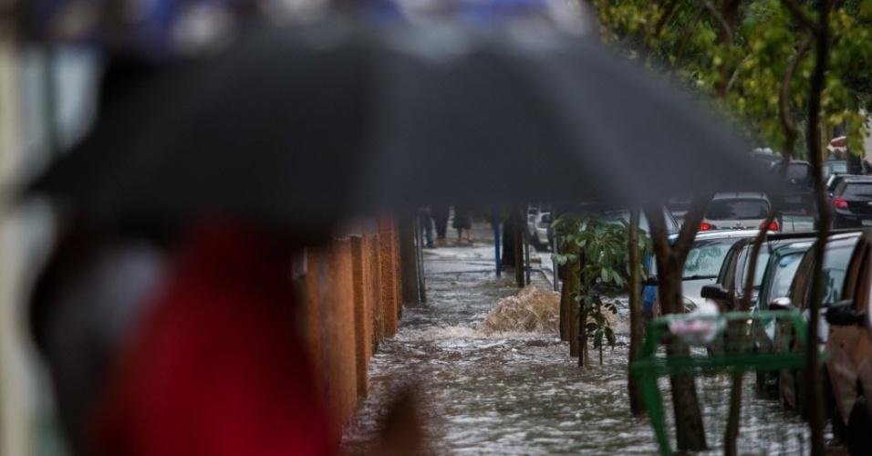 6,fev,2015 - Rua Doutor Frederico Steidel, no centro de São Paulo, fica inundada na tarde desta sexta-feira (6). As chuvas que caíram na capital paulista ganharam força e fizeram com que o CGE (Centro de Gerenciamento de Emergência), da prefeitura, colocasse quase toda a cidade em estado de atenção