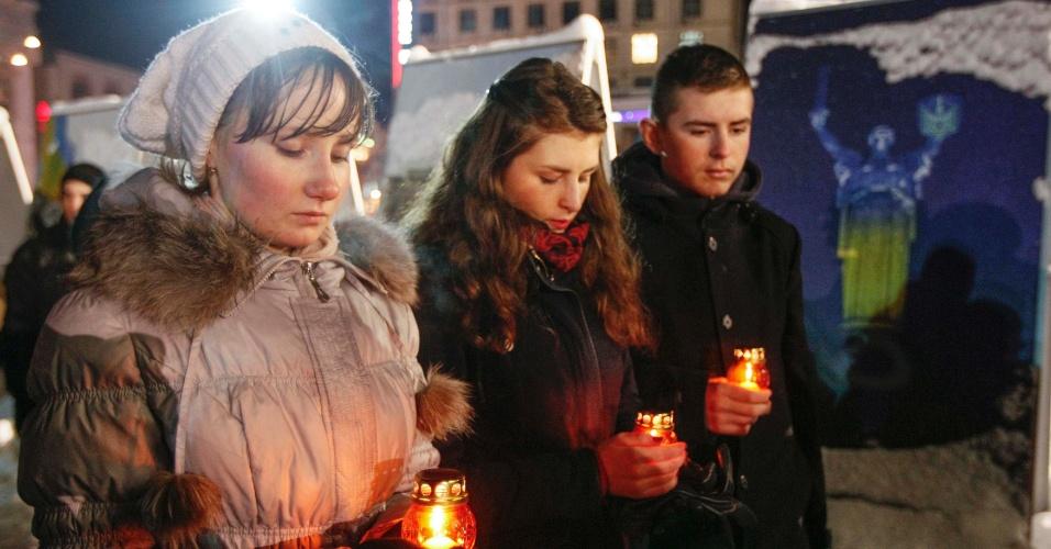 6.fev.2015 - Ucranianos participam de vigília em homenagem aos soldados ucranianos mortos no leste do país, na praça da Independência, em Kiev, na Ucrânia, nesta sexta-feira (6). Conflitos entre rebeldes apoiados pelos russos e o governo surgiram no mês passado no leste do país. Isso tem alimentado temores de que o conflito ameace a segurança da Europa e levou os EUA a considerar dar armas letais para a Ucrânia, uma opção rejeitada pelas nações europeias