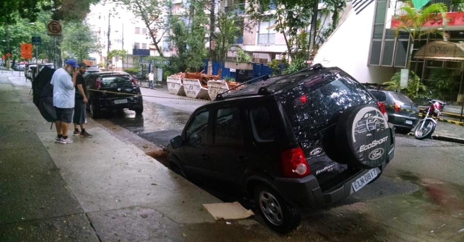 6.fev.2015 - Um carro tombou dentro de um buraco na rua Dona Veridiana, em Higienópolis, centro de São Paulo. Em dezembro de 2014, duas crateras se formaram na mesma rua prejudicando dois automóveis