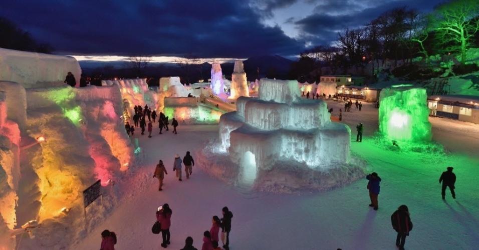 6.fev.2015 - Visitantes apreciam esculturas de gelo iluminadas por luzes coloridas do festival Chitose-Lake em Chitose, no Japão, nesta sexta-feira (6). O festival de gelo anual será realizado até 22 de fevereiro