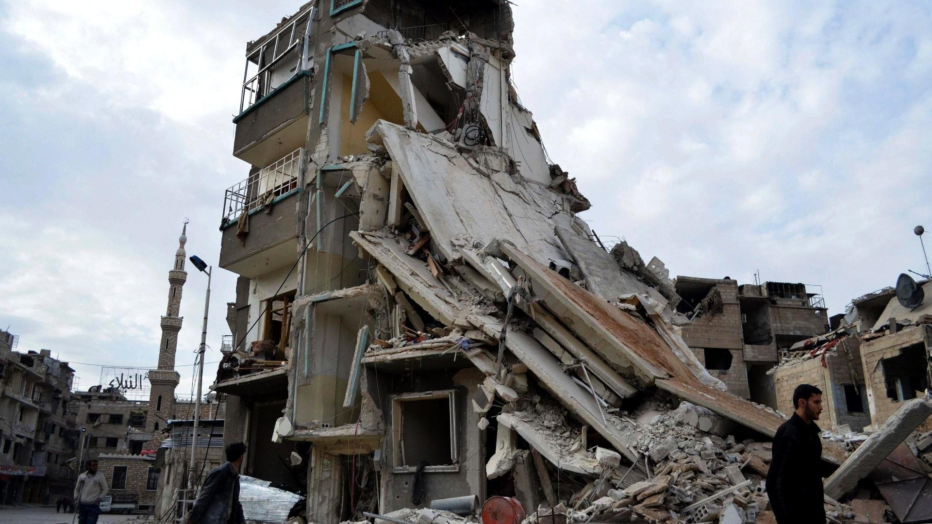 7.fev.2015 - Homem caminha por prédio danificado na cidade de Damasco (Síria) após ataque aéreo neste sábado (7). Ativistas dizem que forças leais ao presidente Bashar al-Assad foram os autores da ação