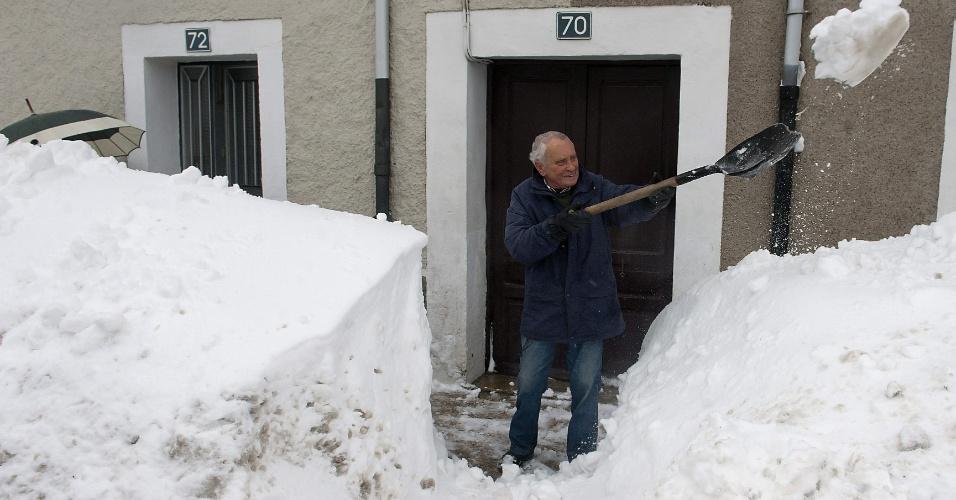 7.fev.2015 - Homem retira neve da entrada de sua casa na cidade de Reinosa, na Espanha. As tempestades de neve dos últimos dias interditaram uma série de vias da região