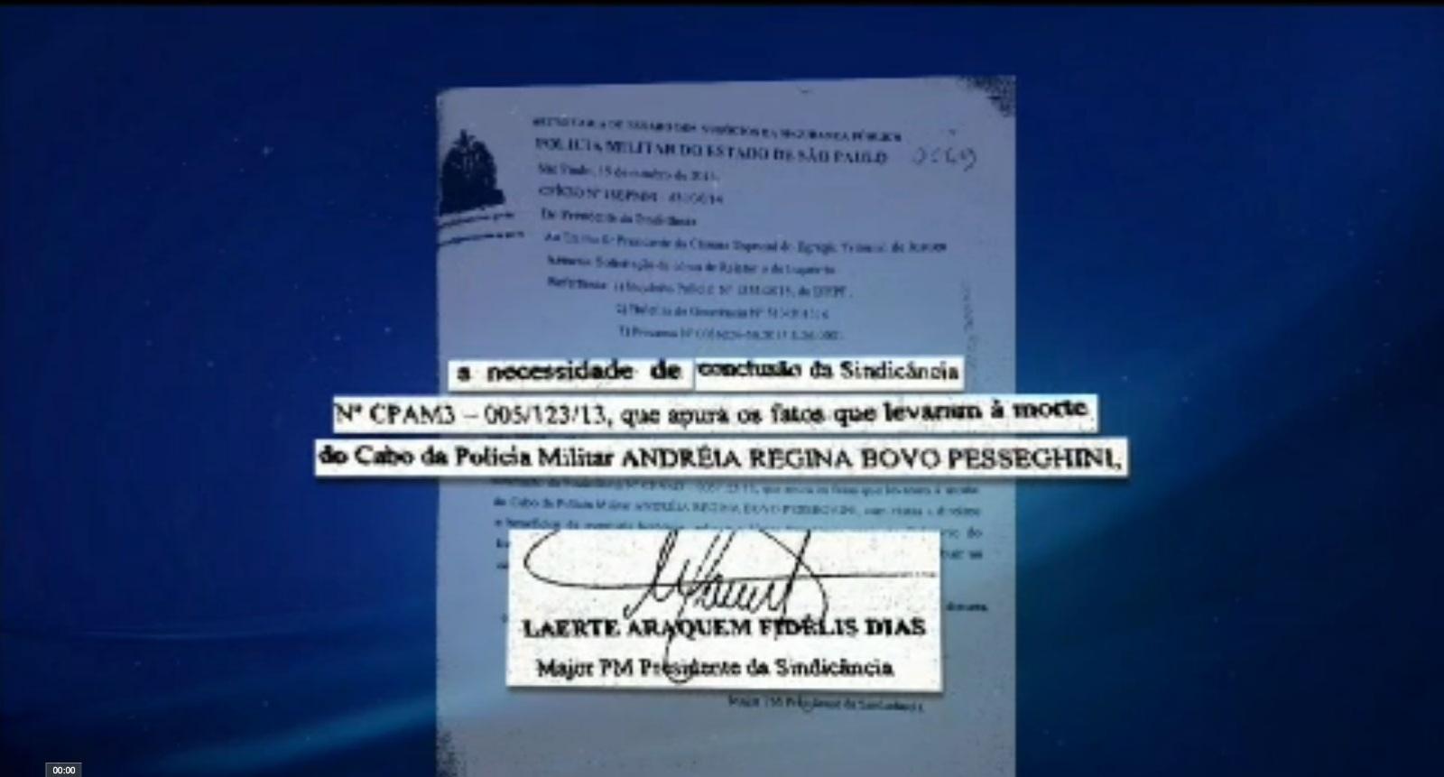 7.fev.2015 - Um ano e meio depois, ainda restam dúvidas sobre a versão oficial da chacina de uma família de PMs na zona norte de São Paulo. Um inquérito que apontou como único suspeito o menino Marcelo Pesseghini, de 13 anos, acabou sendo arquivado pela justiça. O Jornal da Band apurou que a Polícia Militar continuou investigando o caso. Um documento obtido com exclusividade pelo Jornal da Band põe mais uma interrogação no caso. No dia 15 de outubro de 2014, a PM pediu ao órgão especial do Tribunal de Justiça uma cópia do relatório do inquérito policial que já tinha sido concluído. A justificativa assinada pelo major Laerte Fidelis diz que existe a necessidade de conclusão da sindicância que apura os fatos que levaram à morte da cabo Andréia Regina Bovo Pesseghini. A sindicância tentava esclarecer as denúncias de corrupção feitas pela cabo Andréia no 18º batalhão da Polícia Militar